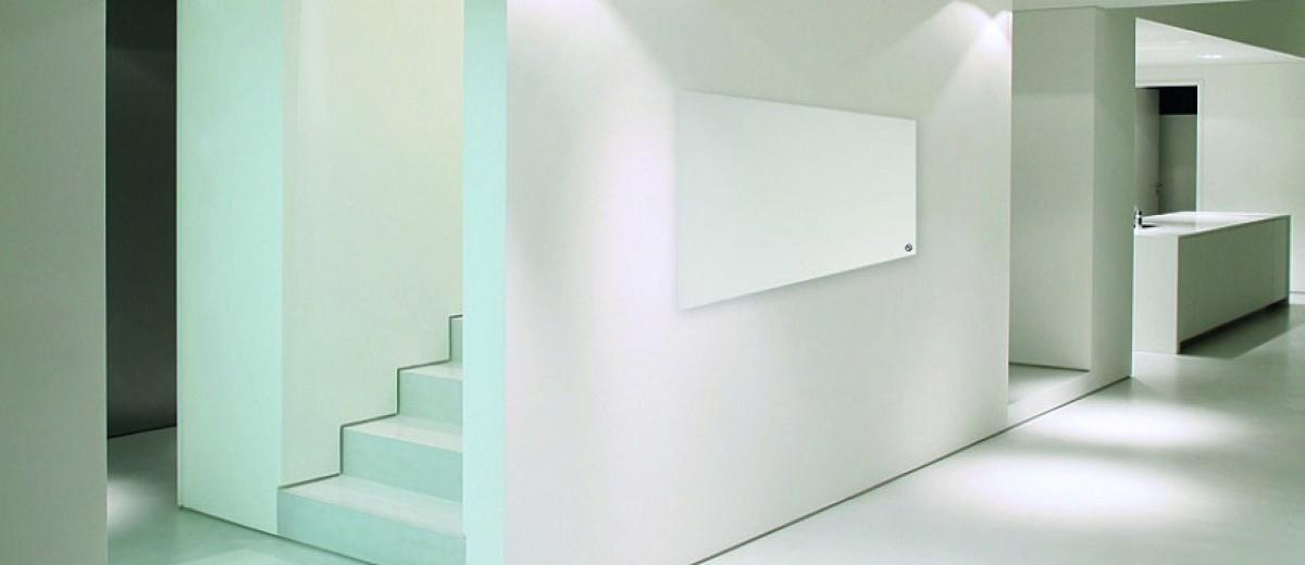 Panel de calefacción infrarroja en casa minimalista